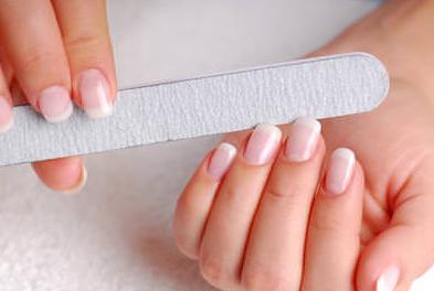 Nagelvård med nagelfil.