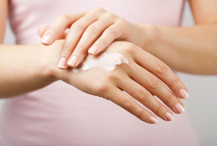 Nagelolja och handkräm är bra efter borttagning av lösnaglar.